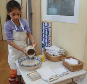 Übung des täglichen Lebens - Hände waschen1 im Montessori Kindergarten Frasdorf