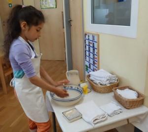 Übung des täglichen Lebens - Hände waschen2 im Montessori Kindergarten Frasdorf