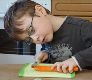 Übung des täglichen Lebens - Karotte schneiden im Montessori Kindergarten Frasdorf
