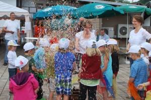 10jähriges Jubiläum Montessori Kindergarten Frasdorf - Einzug Konfetti