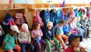 Garderobe mit Kindern Montessori Kindergarten Frasdorf