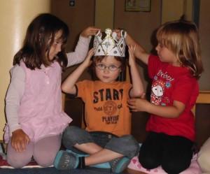 Geburtstagkind mit Krone Montessori Kindergarten Frasdorf