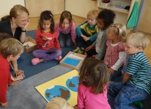 Kosmosarbeit im Kreis im Montessori Kindergarten Frasdorf