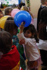 Luftballontanz im Montessori Kindergarten Frasdorf