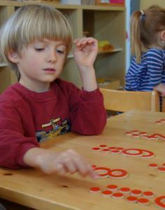 Mathematikarbeit im Montessori Kindergarten Frasdorf