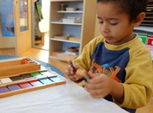 Sinnesarbeit - Farbtafeln im Montessori Kindergarten Frasdorf