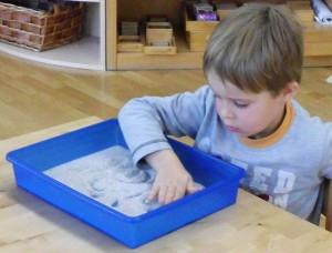 Sinnesarbeit - Sand im Montessori Kindergarten Frasdorf