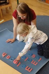 Sprachabeit - bewegliches Alpahbet im Montessori Kindergarten Frasdorf