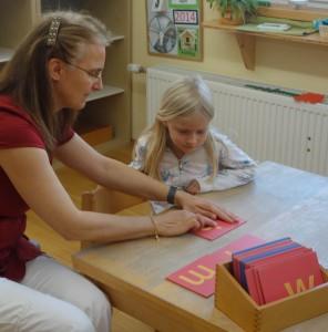 Spracharbeit - Sandpapierbuchstaben im Montessori Kindergarten Frasdorf