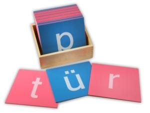 Sprachmaterial Sandpapierbuchstaben im Montessori Kindergarten Frasdorf
