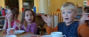 klatschende Kinder im Montessori Kindergarten Frasdorf