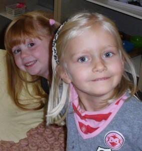 zwei Mädels im Montessori Kindergarten Frasdorf